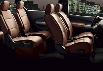 2007 Nissan Quest SE: Perforated leather makes for comfortable seating.